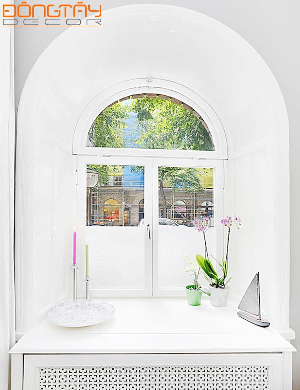Tủ đồ được kê sát cửa sổ và tạo điểm nhấn bằng những món đồ trang trí nhỏ xinh