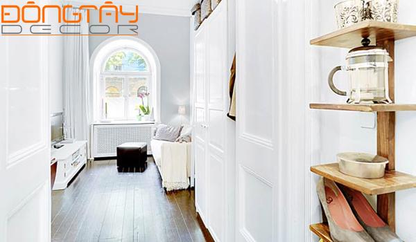 Toàn bộ căn phòng được sơn màu trắng, nội thất cũng sử dụng màu trắng đồng bộ