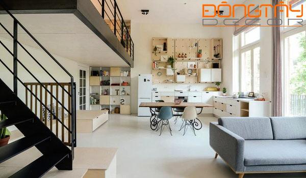 Thiết kế nội thất đơn giản, gọn gàng khiến cho tầng trệt trở nên rộng thoáng.