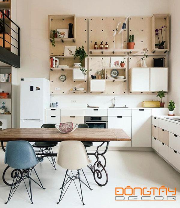 Phòng bếp đẹp và gọn gàng với thiết kế tủ bếp hiện đại và giá treo tường ngăn nắp.