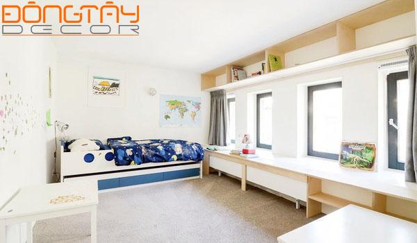 Phòng ngủ cho trẻ với giường tầng đa năng và kệ tủ thấp để cất đồ và vui chơi.