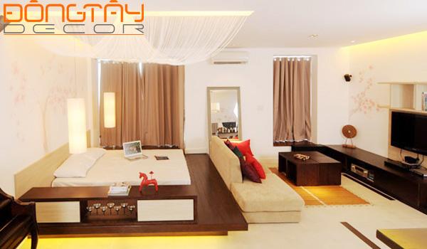 Phòng ngủ được kê sau sofa và kê cao hơn để phân biệt không gian