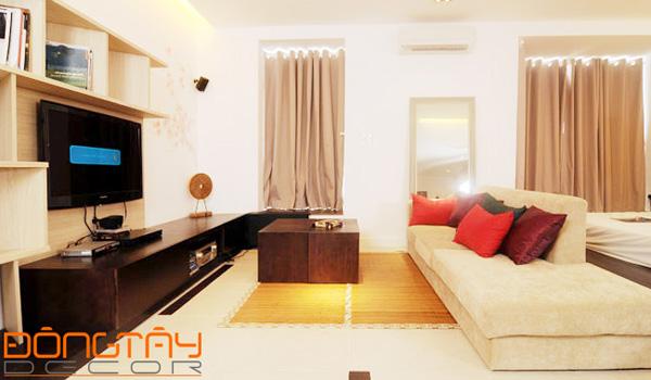 Phòng khách với bàn trà tiện lợi và bộ sofa lịch lãm