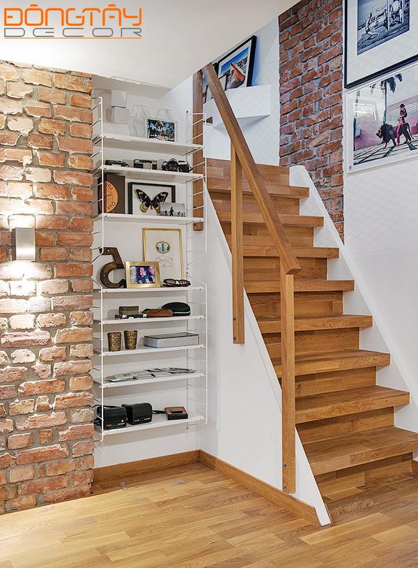 Sàn gỗ, cầu thang gỗ kết hợp với tường gạch thô mộc... một phong cách rất Rustic