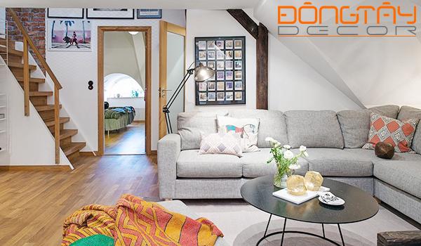 Phòng khách với bộ sofa màu xám trung tính cùng chiếc bàn cafe thấp chân xinh xắn