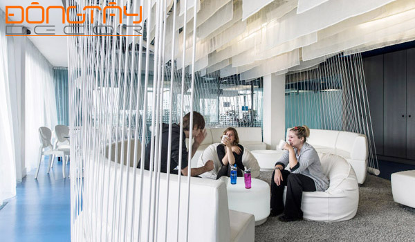 Khu vực phòng chờ với ghế sofa thư giãn, trò chuyện thoải mái, khuyến khích tinh thần hợp tác, giao lưulà một phần của không gian làm việc.
