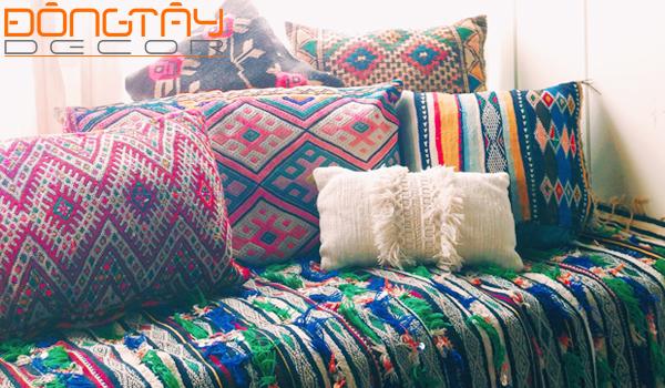 Những chiếc gối tựa màu sắc và hoa văn khác nhau trên chiếc sofa tạo nên những lớp trang trí độc đáo