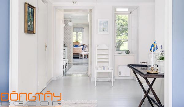 Hành lang dẫn tới trung tâm nhà (phòng khách) giống như một con dao đâm thẳng vào trung tâm ngôi nhà.
