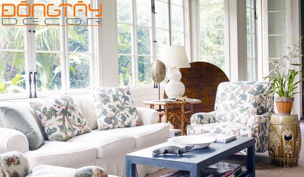 Bộ ghế sofa với gối tựa họa tiết hoa khiến phòng khách trở nên ấn tượng và thu hút hơn.