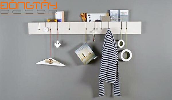 Những chiếc móc dán, móc treo được gắn lên tường giúp tiết kiệm nhiều diện tích