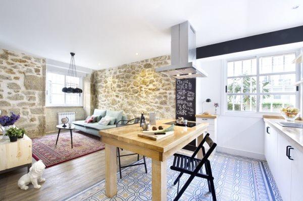 Sàn phòng khách được lát gỗ và lót thảm trong khi khu vực phòng ăn lại được lát gạch men sáng bóng.