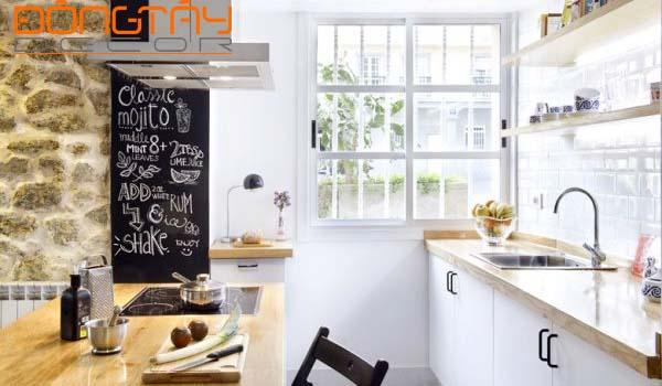 Phòng bếp đơn giản, hiện đại, có bàn ăn gỗ làm vật trung gian phân chia không gian cho căn hộ