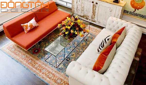 Hai chiếc sofa khác nhau về màu sắc, hình dáng nhưng có sự tương đồng về kích thước
