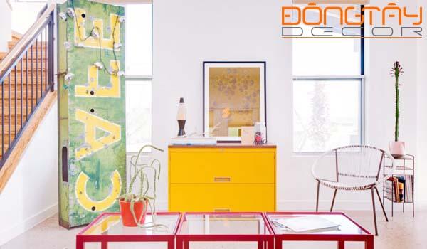 Sự lặp lại của hình khối chiếc bàn với khung cửa sổ, chiếc tủ...