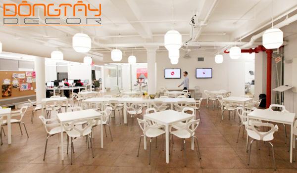 Căng - tin rộng thoáng và sạch sẽ với nội thất trang trí màu trắng